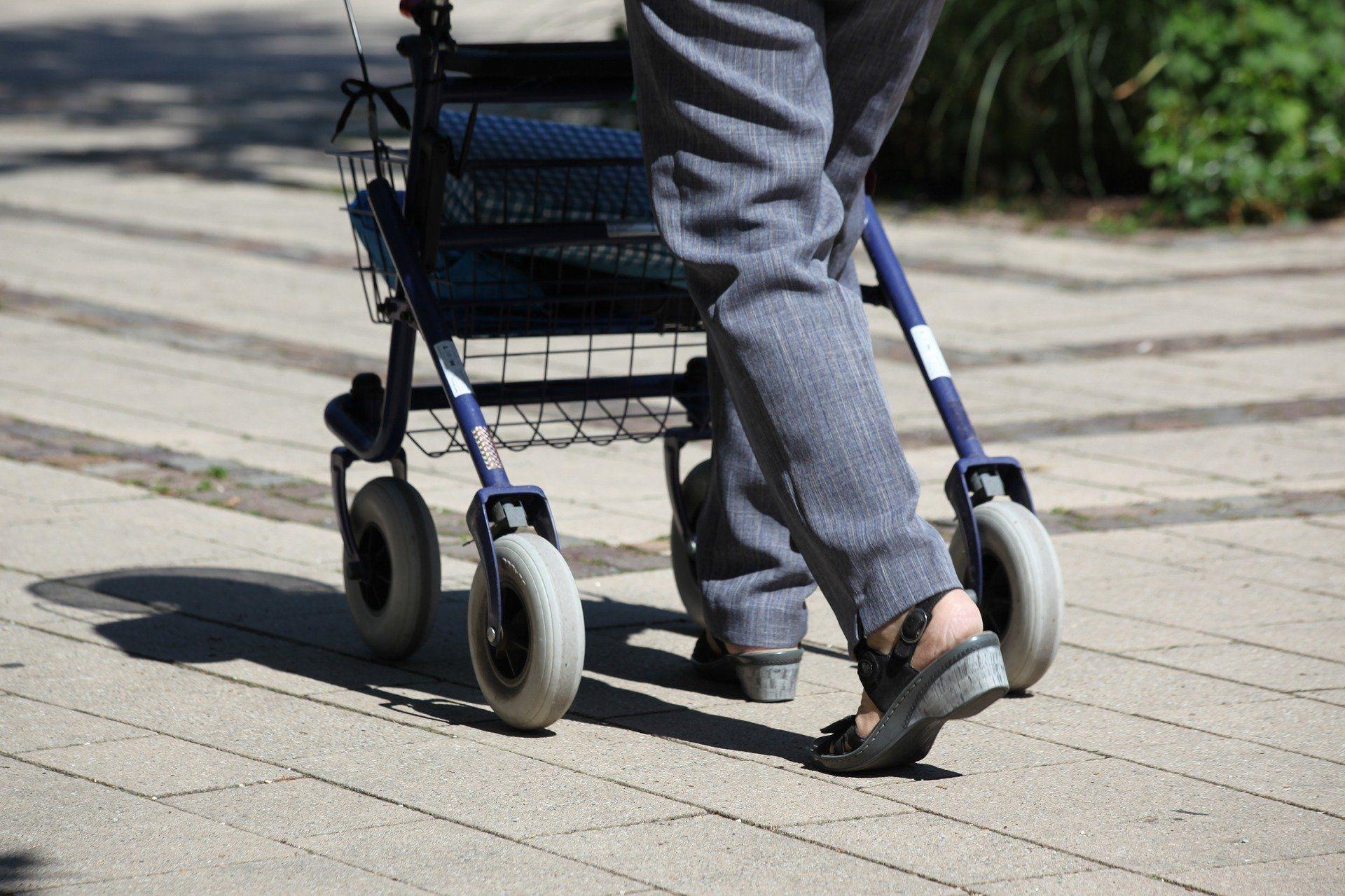 Rollator gammal kvinna