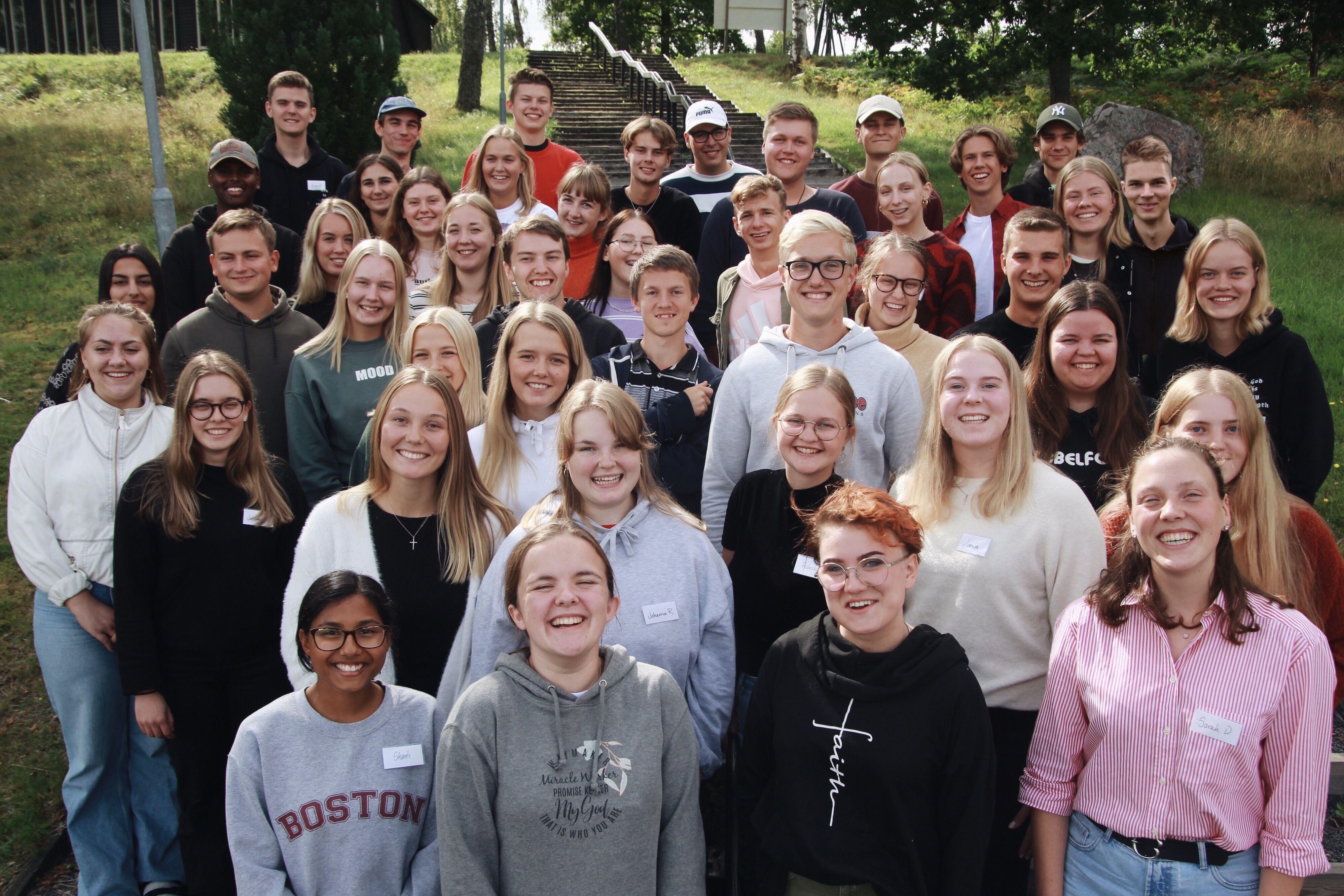 Elever kollar in i kameran på bibelskola Livskraft