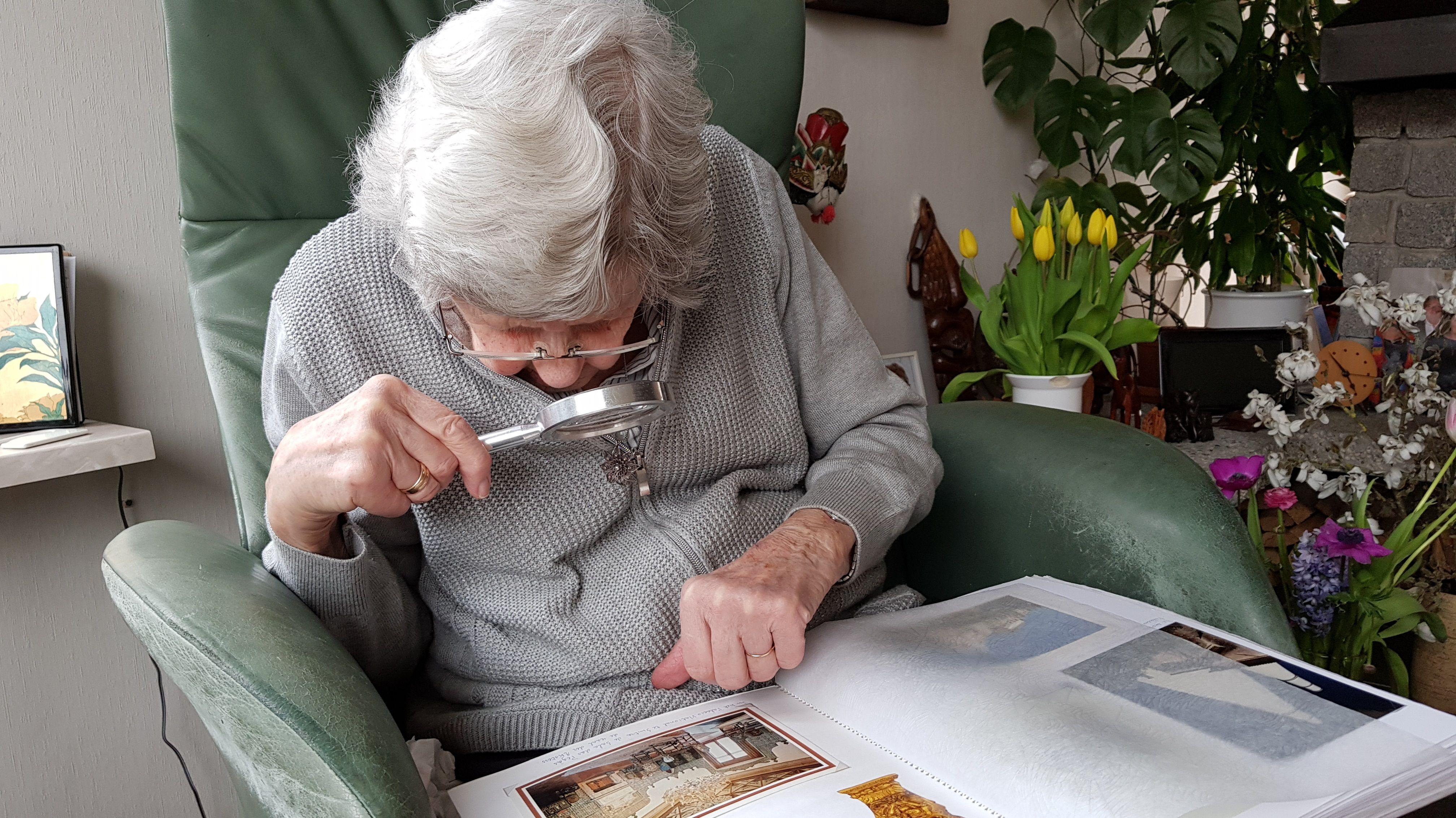 Äldre kvinna i fåtölj