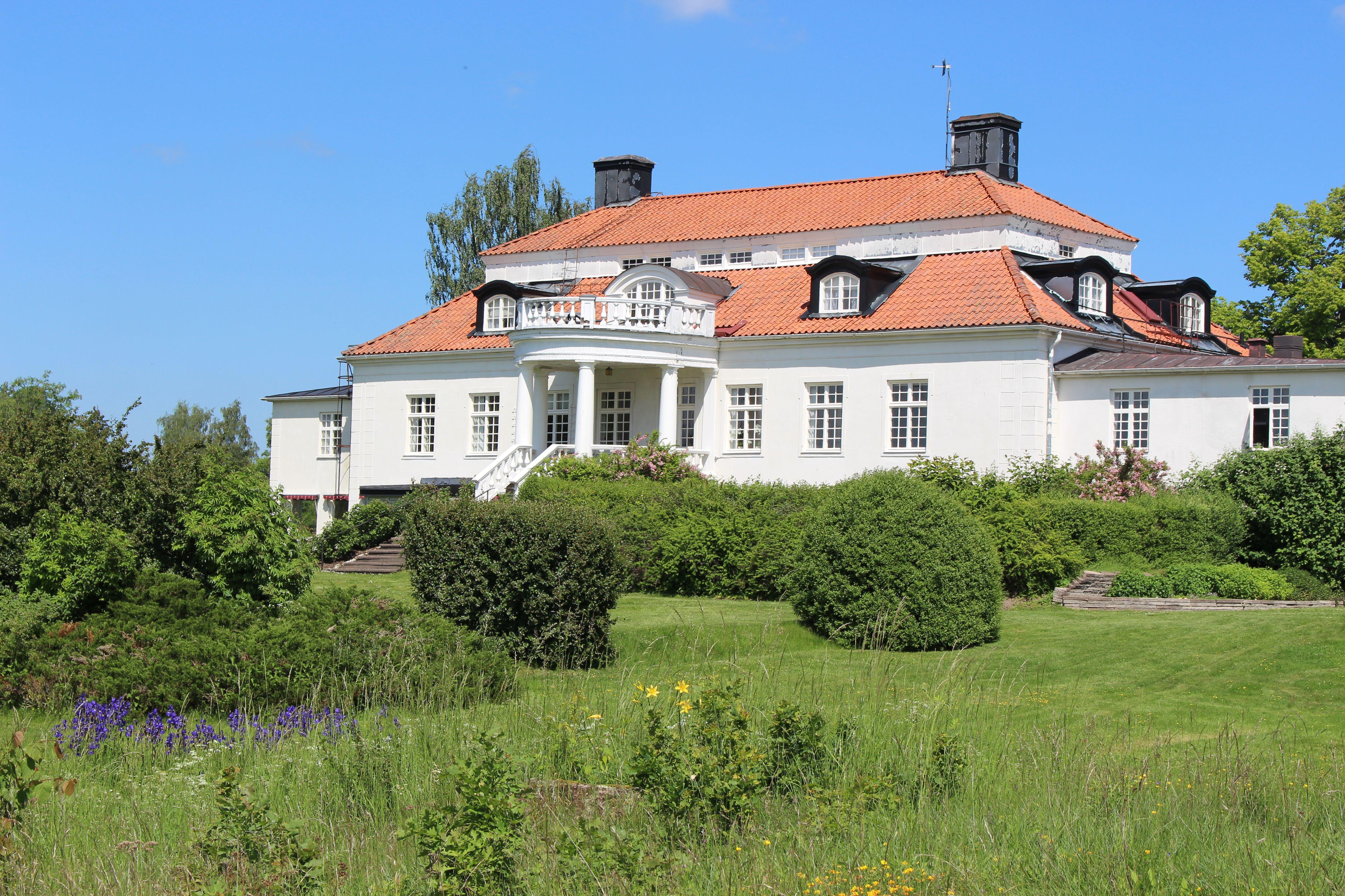 Liljeholmen herrgård med blommor framför
