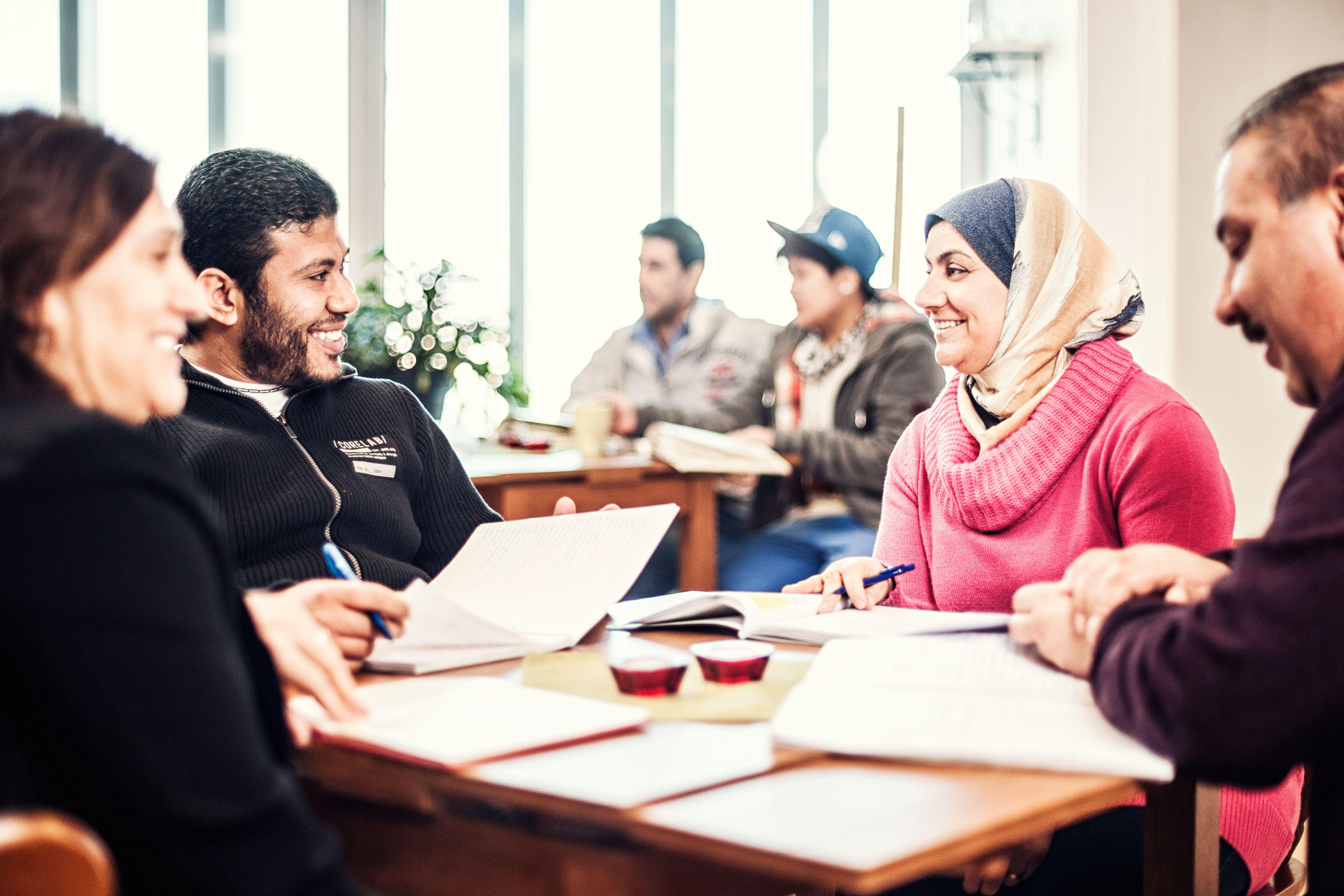 Deltagare som sitter runt bord på Allmän kurs på Gårdshuset