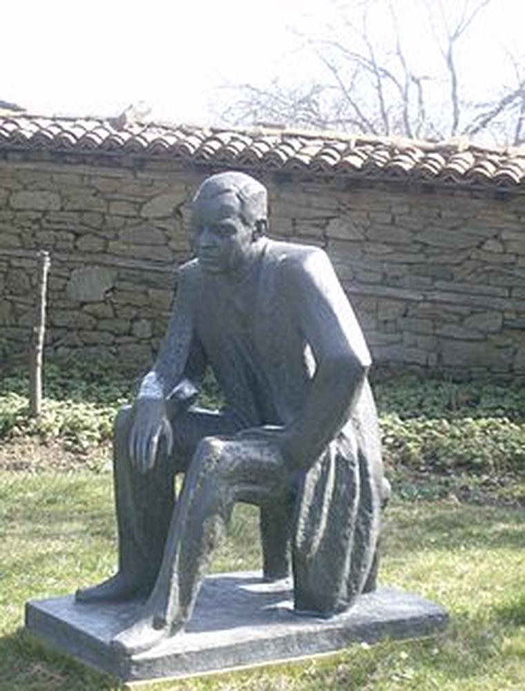 Паметник на Йордан Йовков в двора на родната му къща в Жеравна.