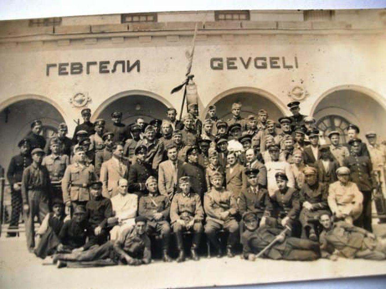Български военни позират пред жп гарата в града - 40те години.