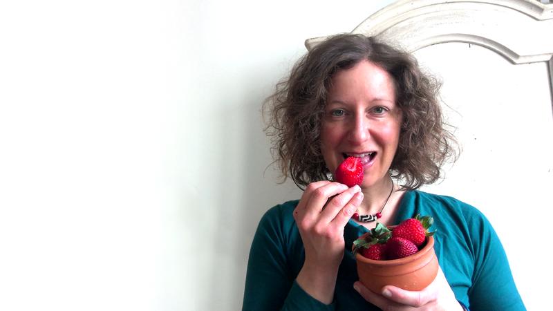 Nina Kienreich isst Erdbeeren