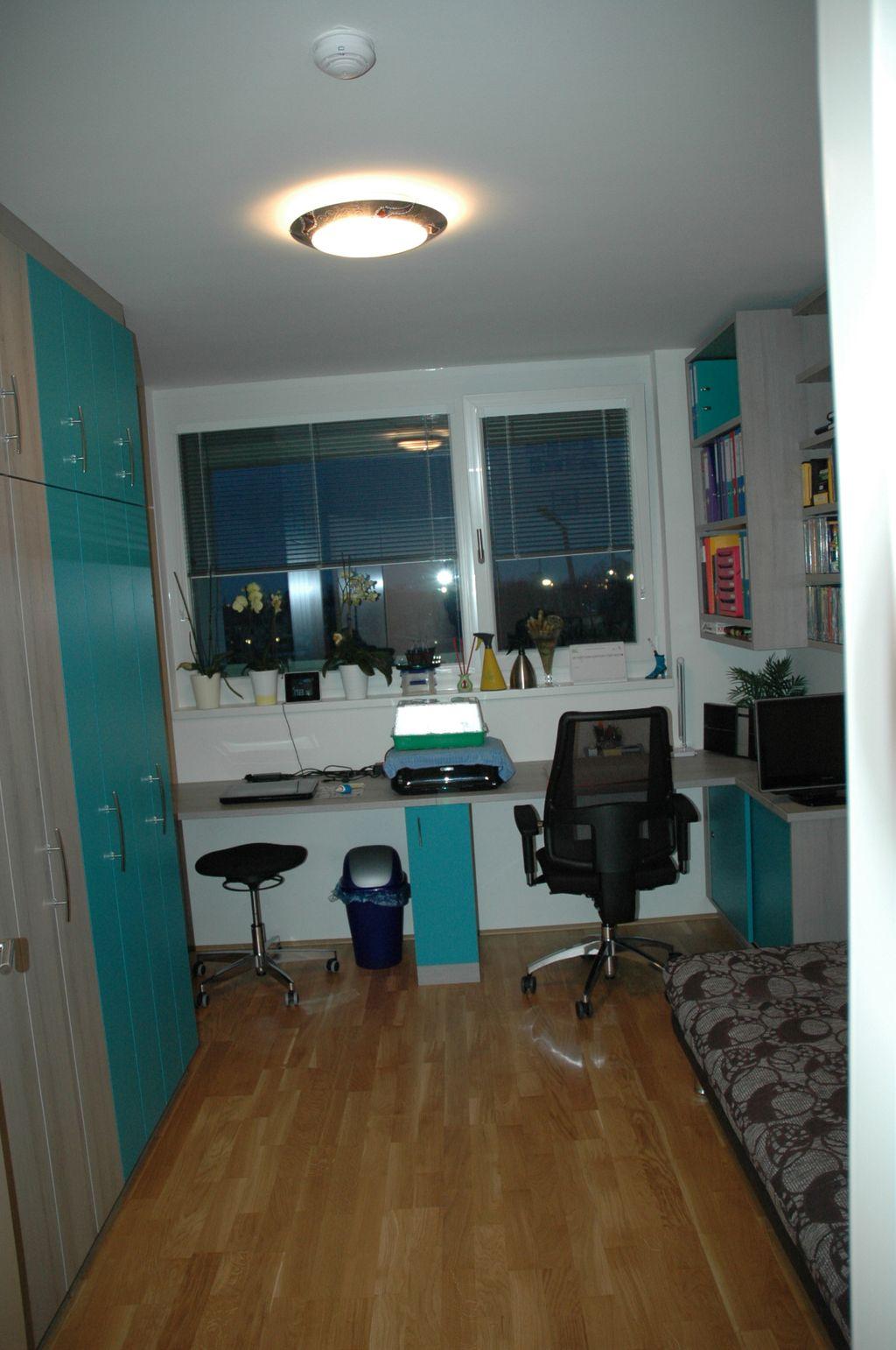 Heimbüro mit großem Schreibtisch für 2 Arbeitsplätze