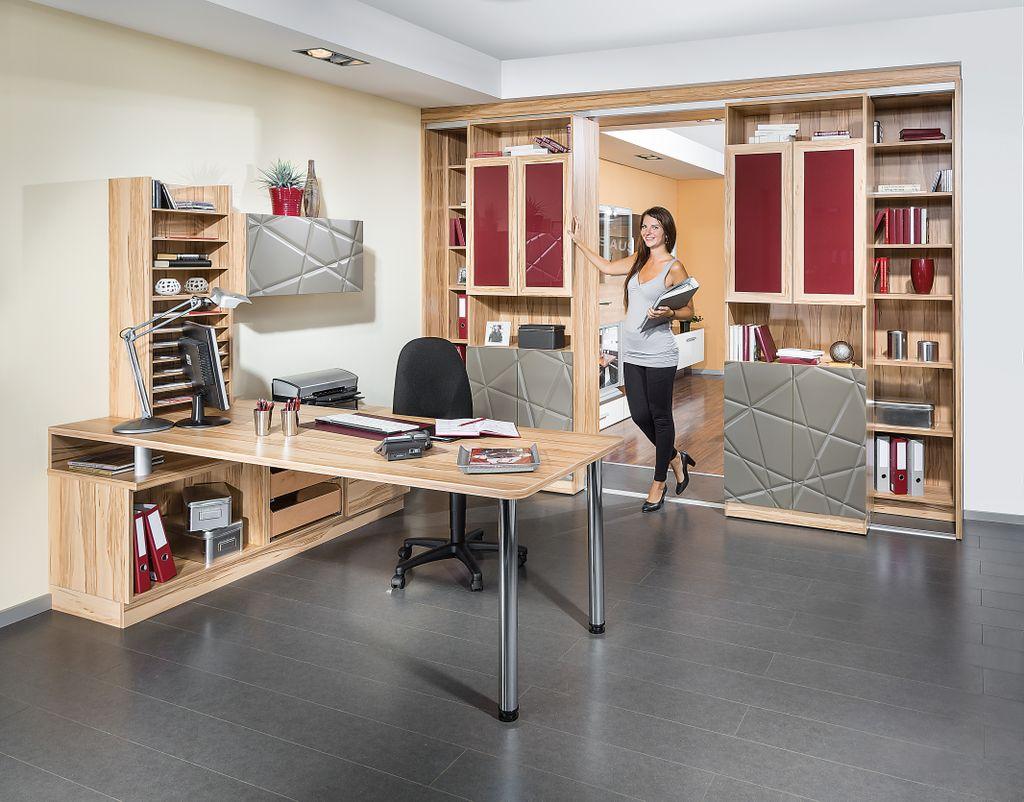 Heimbüro mit schiebbaren Regalen als Raumteiler