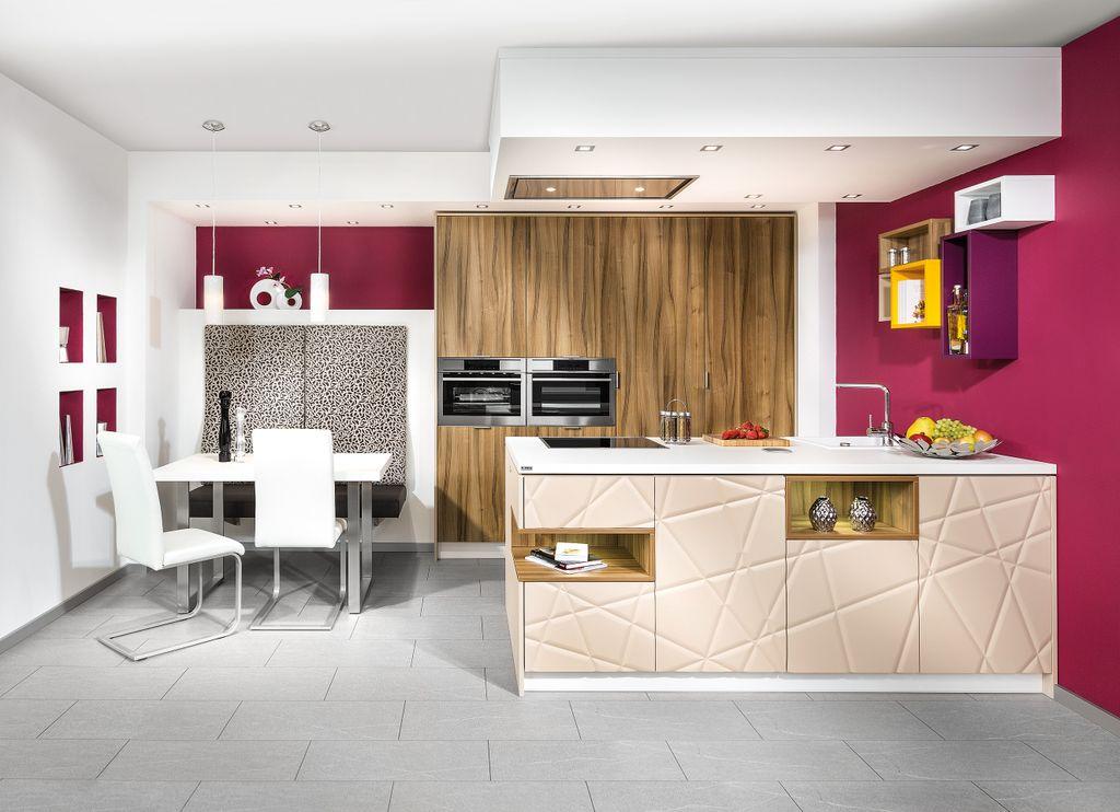 Zeilenküche mit Kochinsel und Essplatz