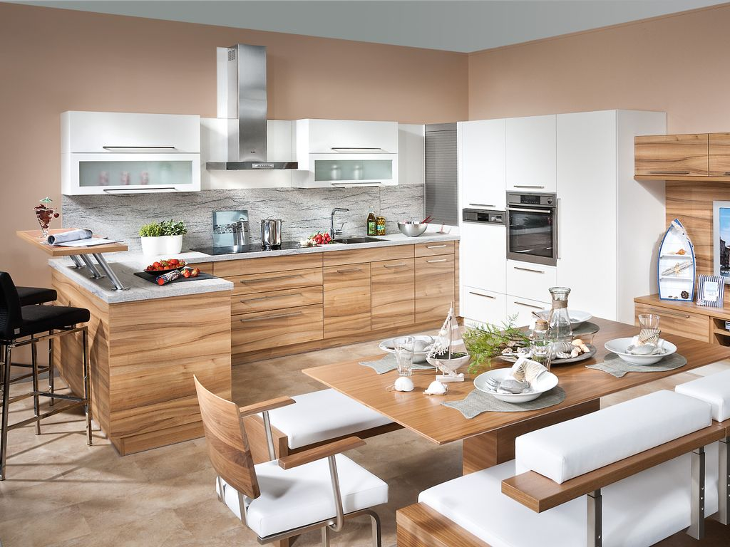 Wohnküche mit integriertem TV Bereich und Essplatz