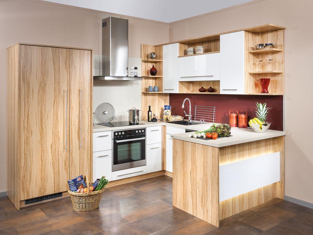 Eckküchenlösung mit Raumteiler und Glasrückwand