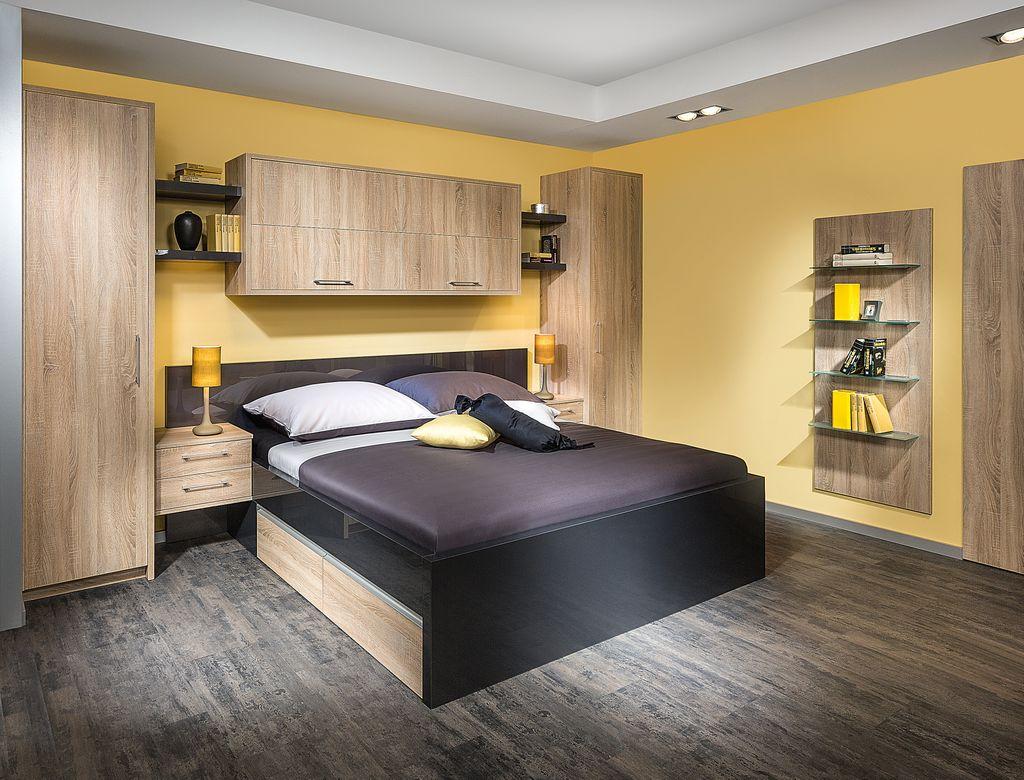 Schlafzimmereinrichtung bestehend aus einem Doppelbett mit Bettüberbau und einem Kleiderschrank