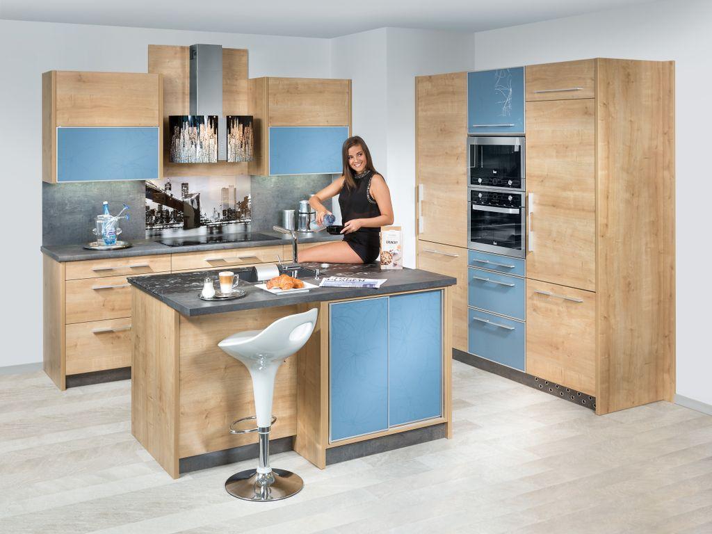 Küche mit Insel für Spüle und Sitzplatz