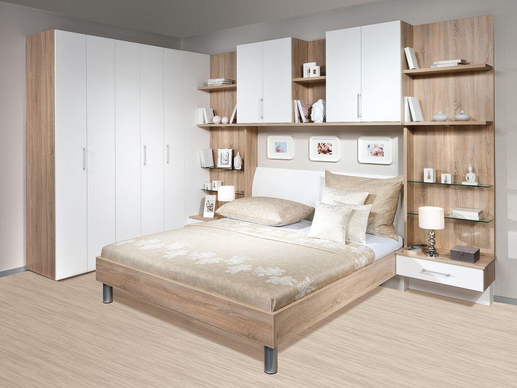 Schlafzimmer mit Bettüberbau und Falttürschrank