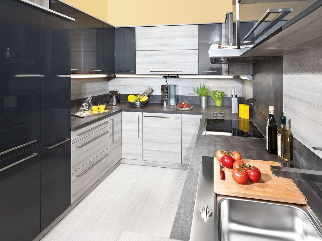 U-Küche mit Apothekerschrank und Hochfaltklappenschränken