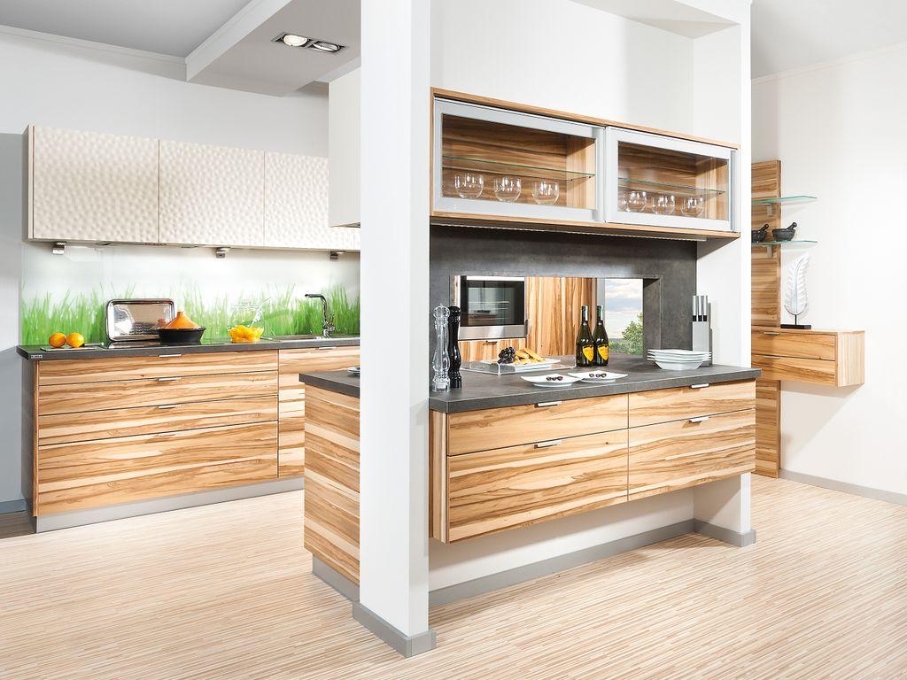 Zeilenküche mit Durchreiche als Raumteilerfunktion