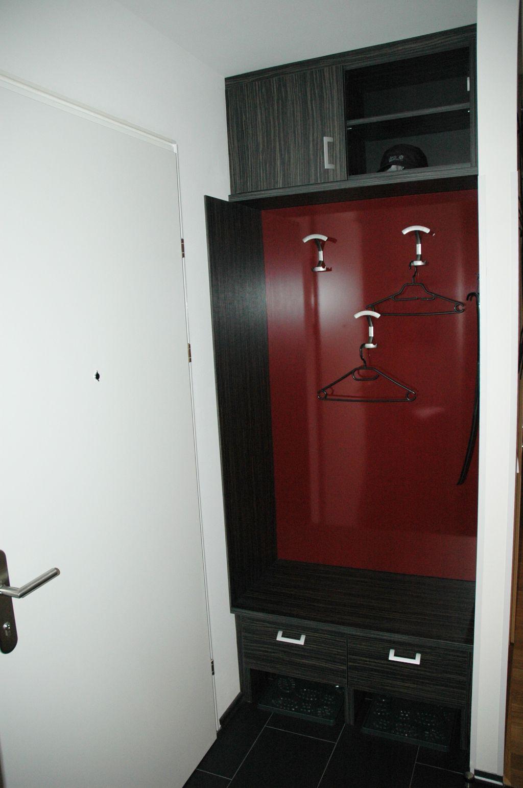 Garderobe maßgenau in eine Nische eingebaut