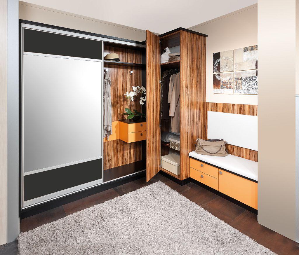 Vorzimmer mit einer Schiebetür mit Spiegelfüllung