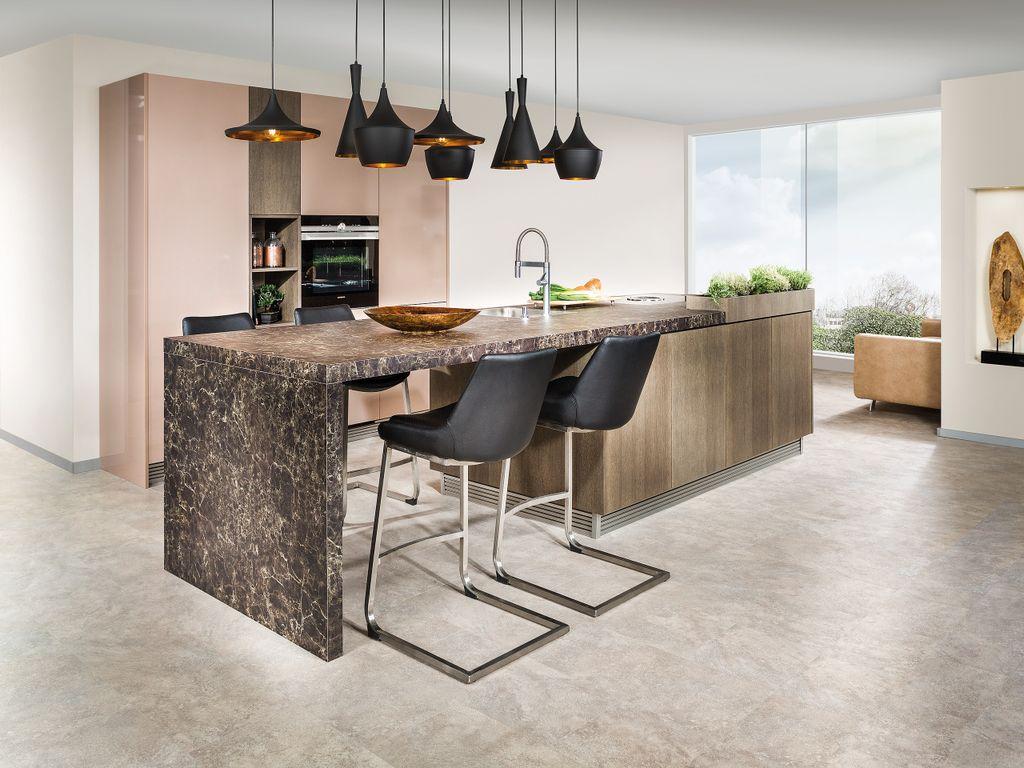 Küche mit Bar-Theke