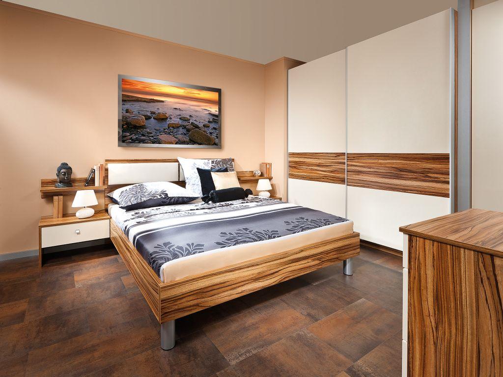Schlafzimmer mit großem Schwebetürkasten