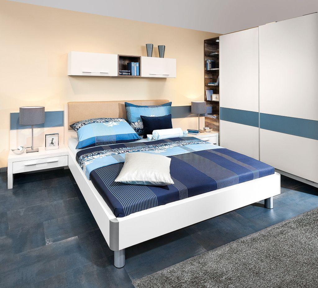 Schlafzimmer mit großem Schwebetürschrank