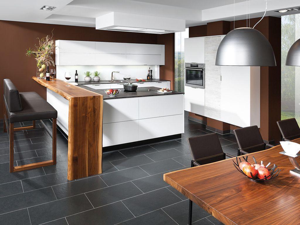 Design U-Form Küchenlösung mit Bar und Hochbank sowie angrenzendem Essplatz