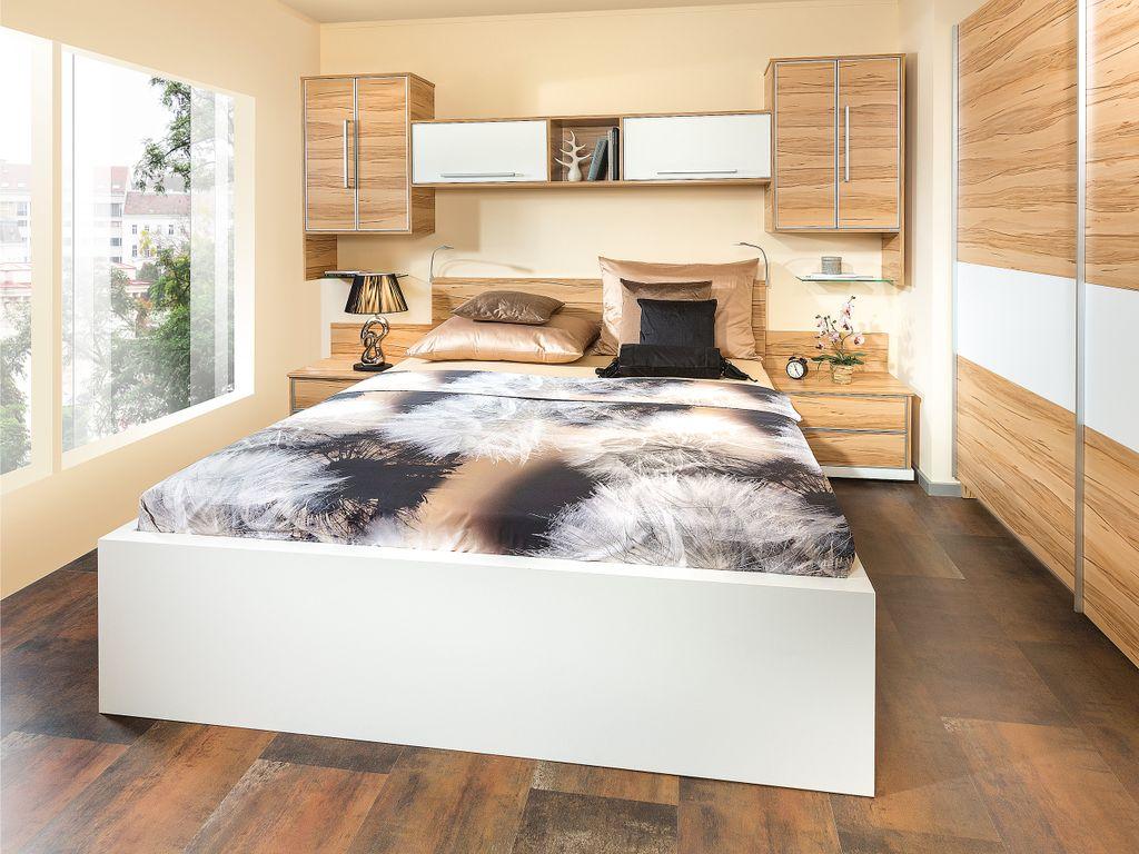 Schlafzimmer mit Doppelbett und Bettüberbau