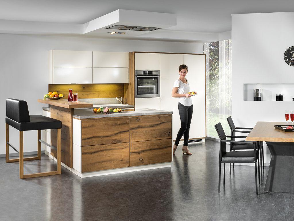 U-Küche mit Kochinsel und Barlösung
