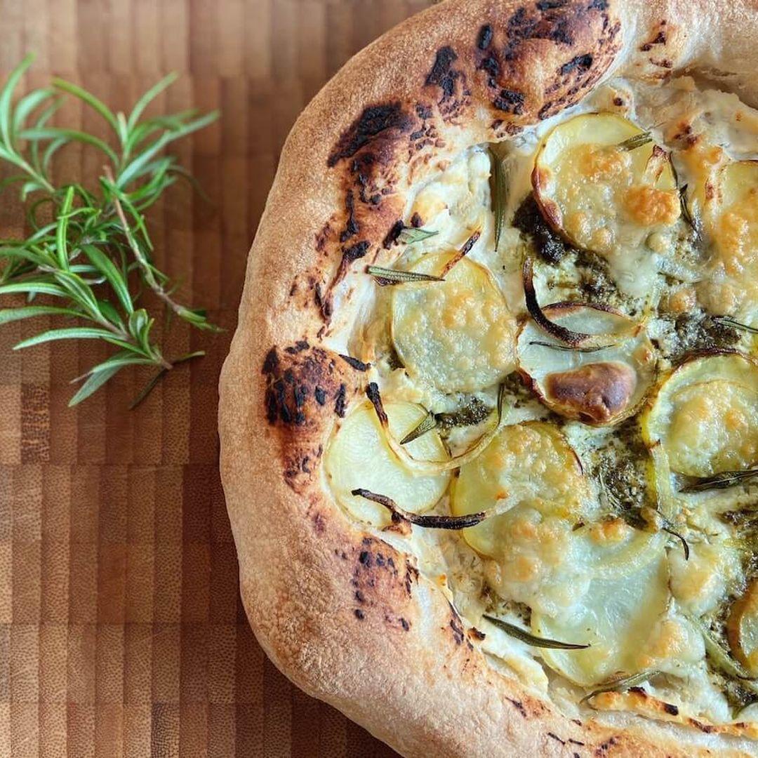 Pizza med kartoffel og rosmarin