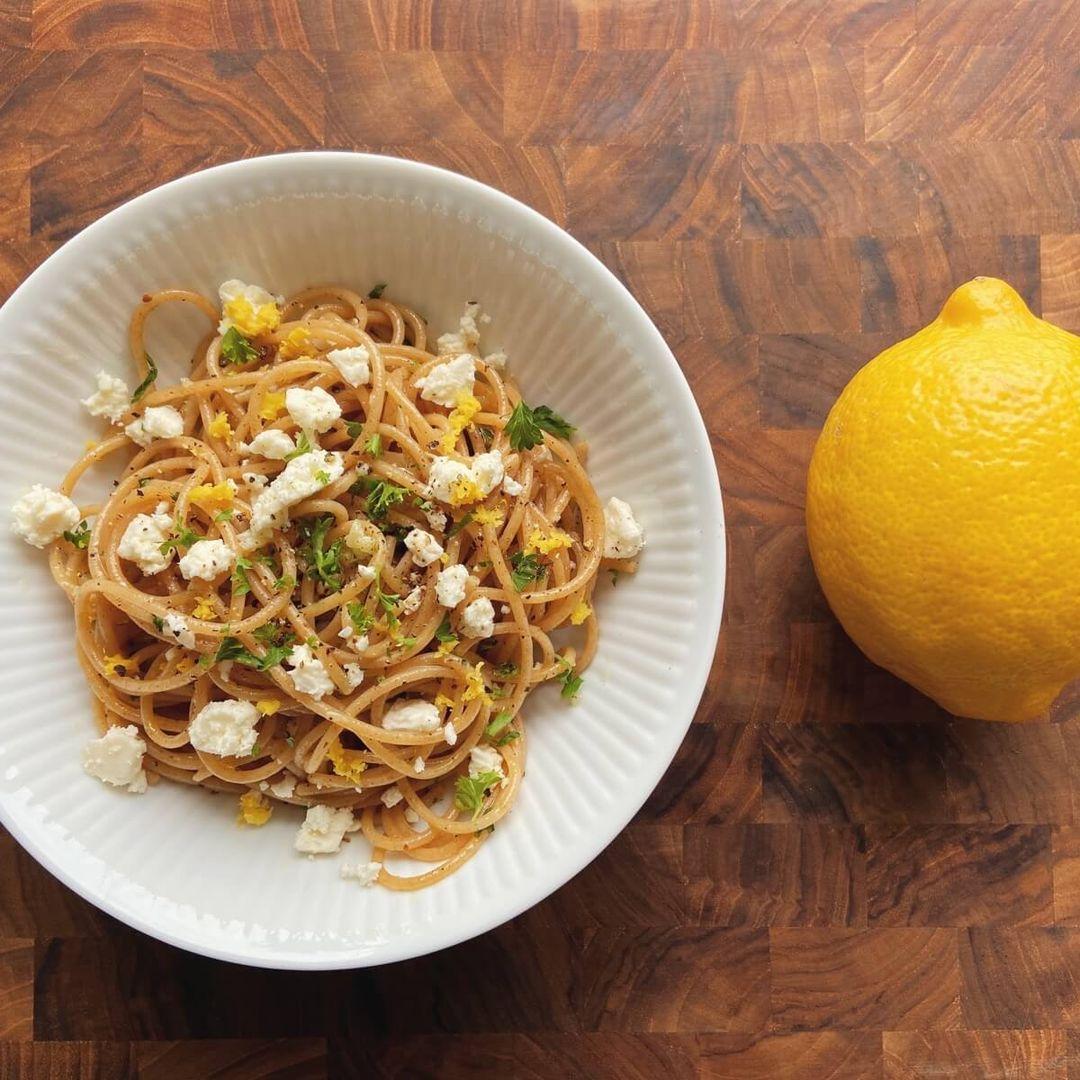 https://a.storyblok.com/f/88421/1600x1200/418681056e/spaghetti-aglio-e-olio-med-feta.JPG