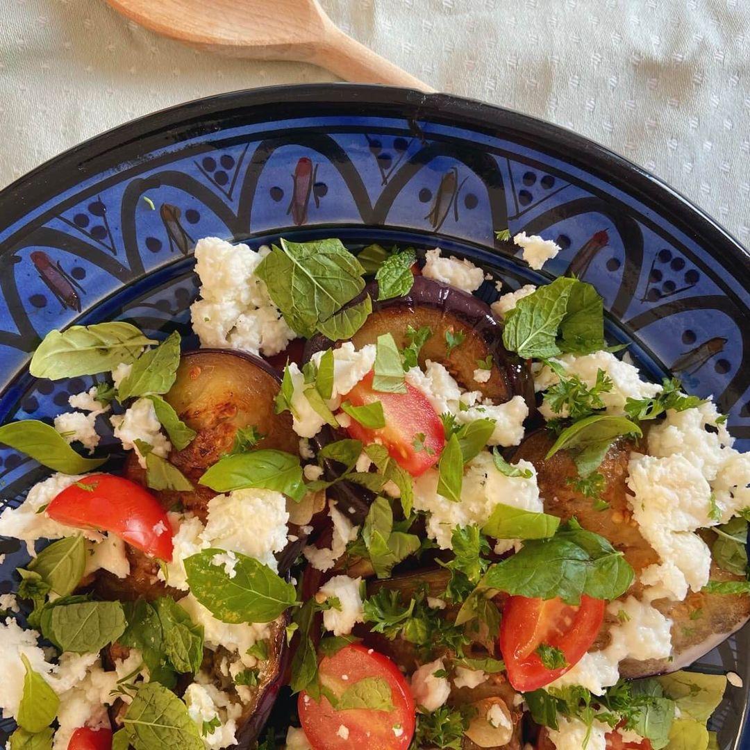 Salat med aubergine, tomat og mozzarella