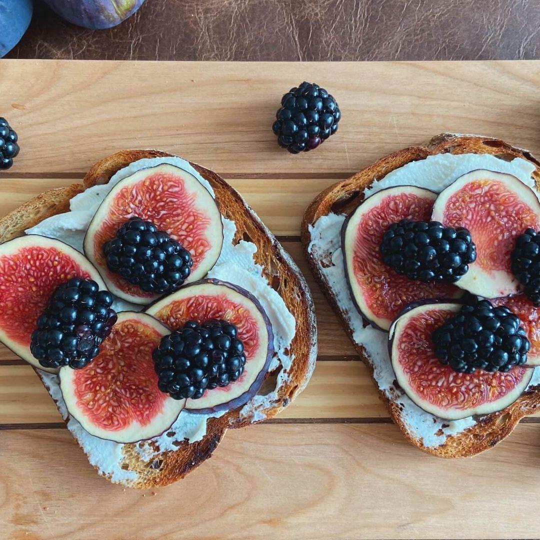 Toast med ricotta, figen og brombær