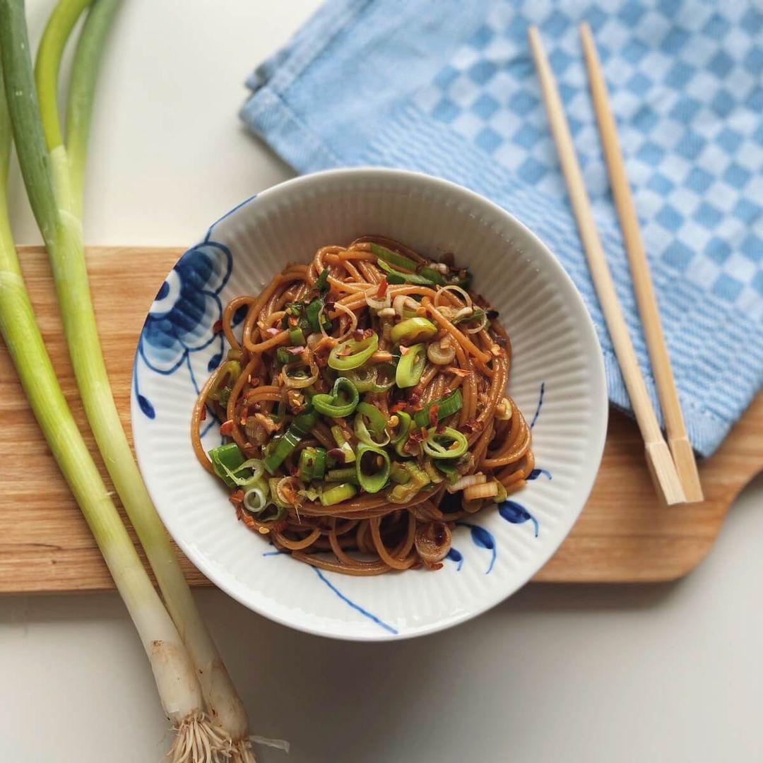 Asiatisk pasta med forårsløg og ingefær