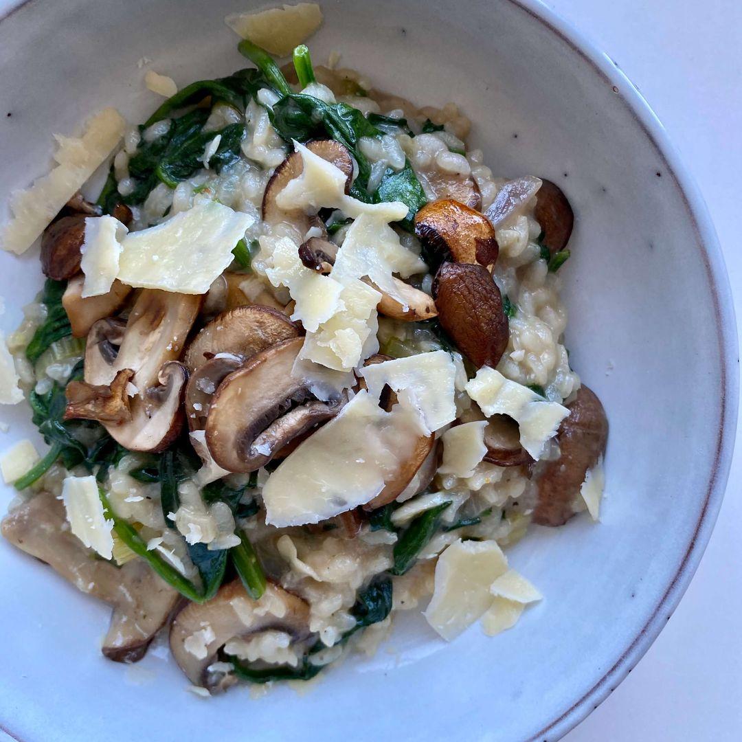 vegetarisk risotto med svampe og spinat