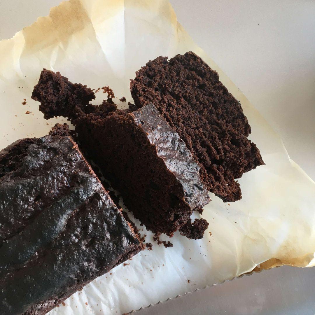 chokoladekage på bagepapir