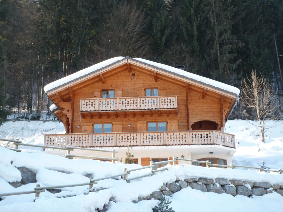Doux Abri chalet in Morzine under the snow