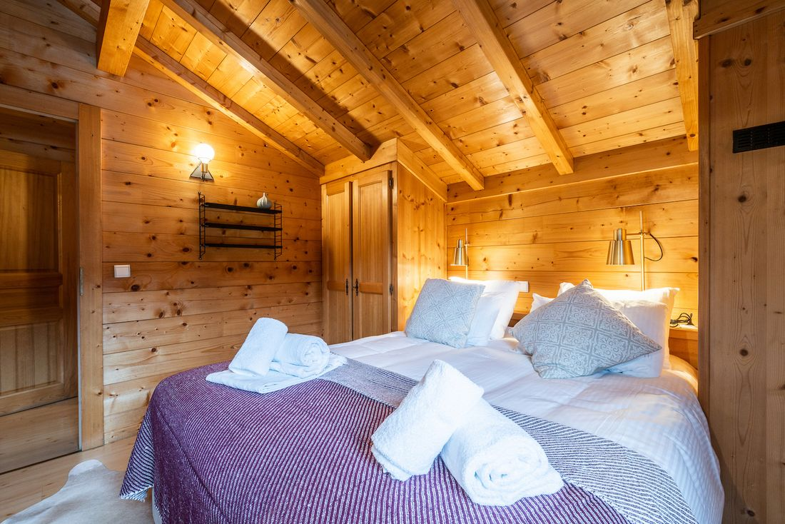 Double bedroom with fresh towels at Doux Abri chalet in Morzine