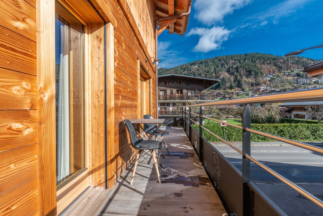 Terrace with a coffee table and two chairs at Ourson accommodation in Morzine