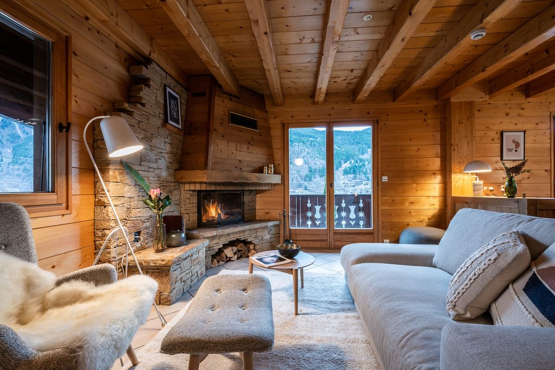 Cosy living room with light grey sofas at Doux Abri chalet in Morzine