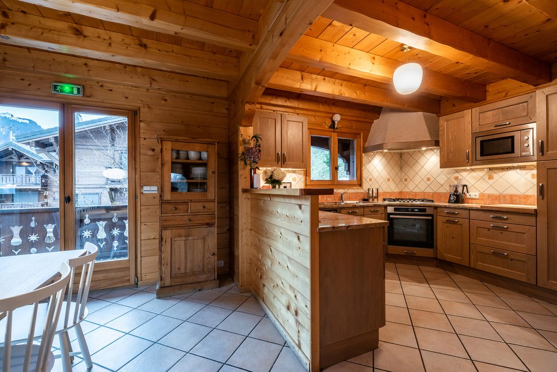 Wooden fully-equipped kitchen at Doux Abri chalet in Morzine