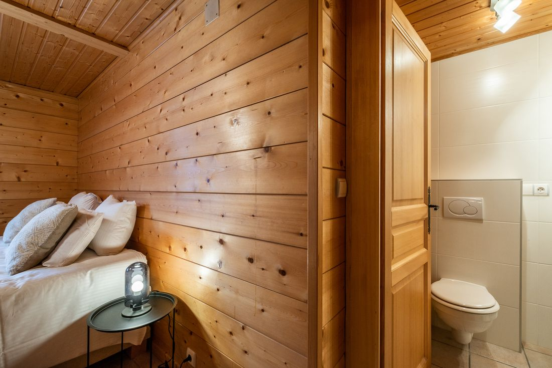 Double bedroom en-suite at Doux Abri chalet in Morzine