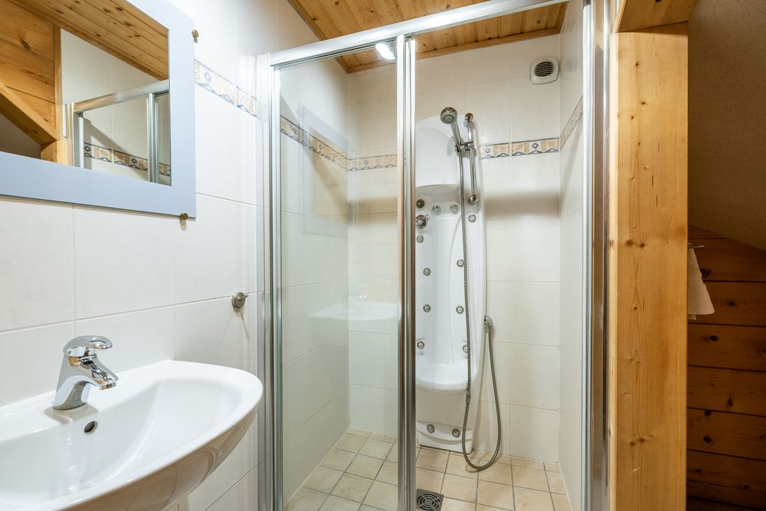 Bathroom with massage shower at Doux Abri chalet in Morzine