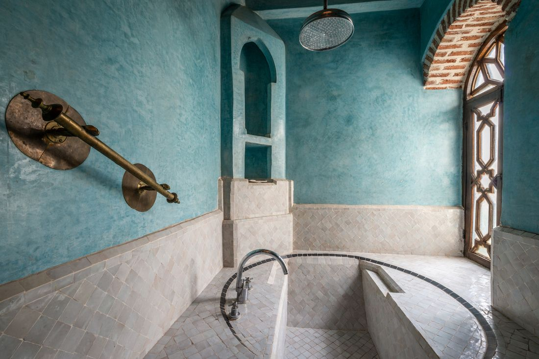 Moroccan tiles bathtub of Adilah riad in Marrakech