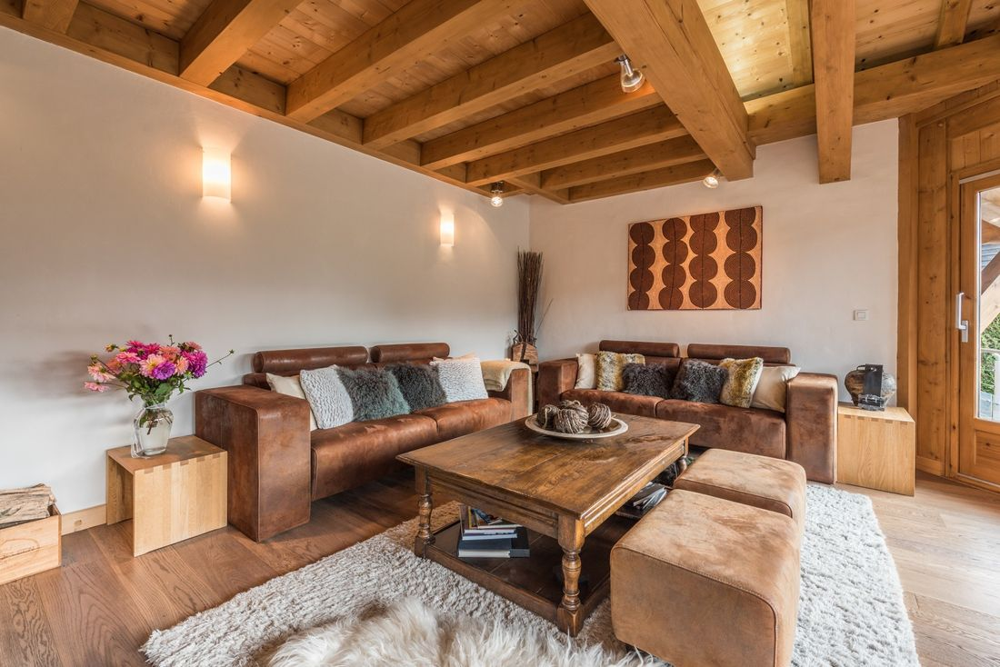 2 brown leather couches in the living room of Omaroo I luxury chalet in Morzine