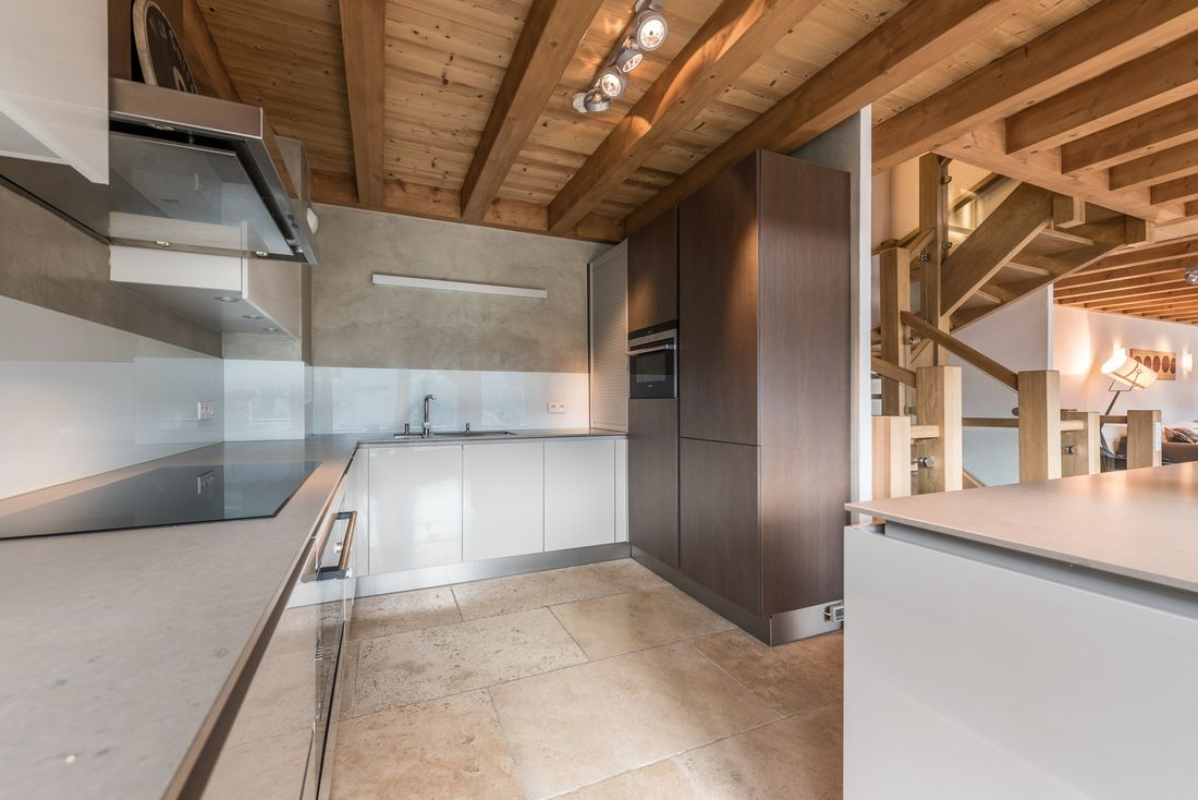 Light grey open kitchen at Omaroo II luxury chalet in Morzine