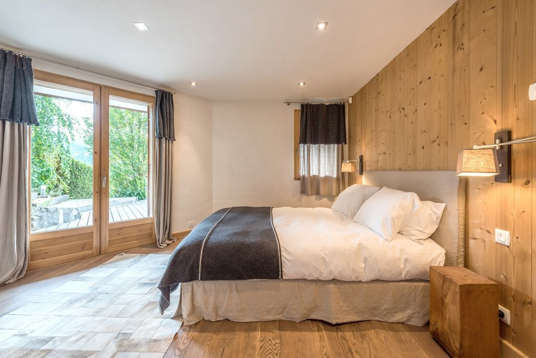 Double bedroom with forest view at Omaroo I luxury chalet in Morzine