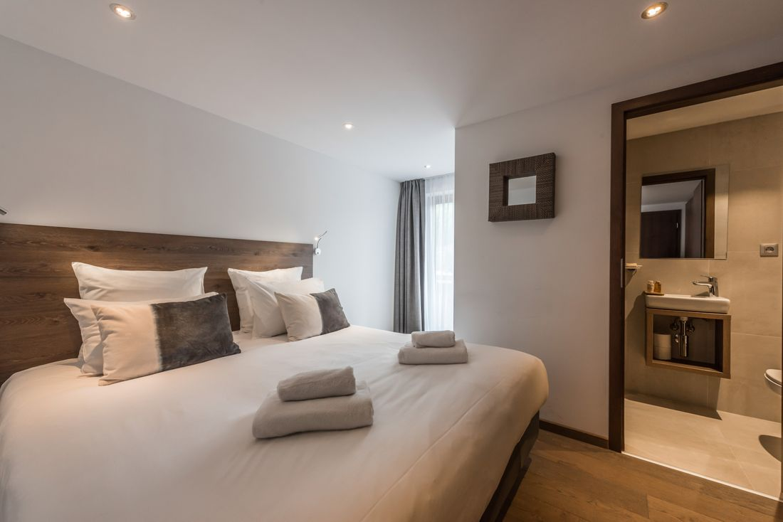 Double bedroom with en-suite at Sugi accommodation in Morzine