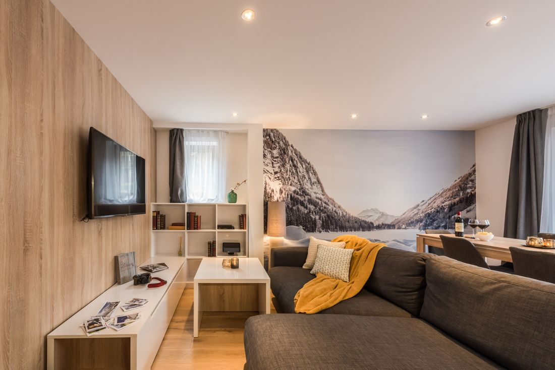 Living room with tv of Iroko accommodation in Morzine