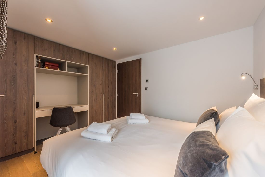 Double bedroom with a desk at Sugi accommodation in Morzine