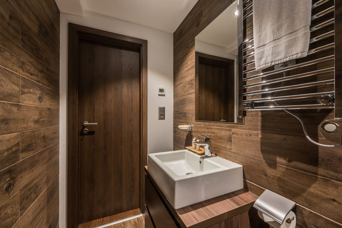 Wooden bathroom at Catalpa accommodation in Morzine