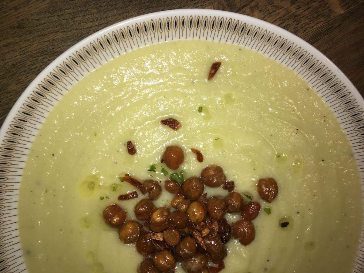 Vegansk kartoffelsuppe med blomkål og porre