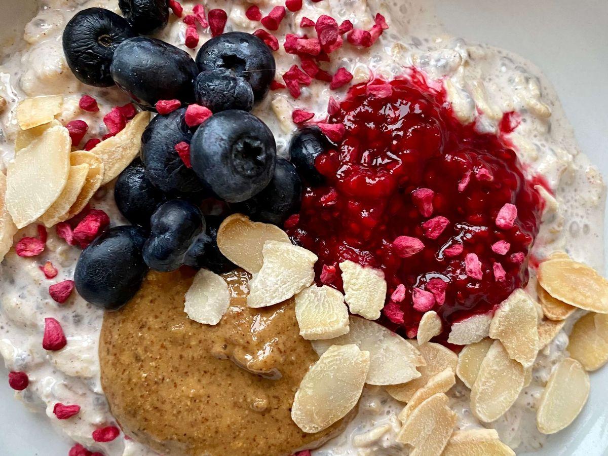 lækkert chiagrød med blåbære og hindbærkompot
